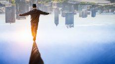 Ursachen für Berufsunfähigkeit Mann Balanciert